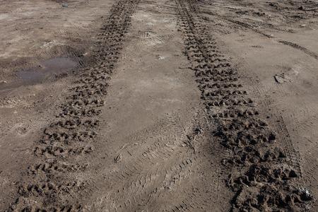 キャタピラーは、地面に痕跡を追跡します。 写真素材