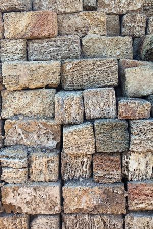 coquina: La gran pila de ladrillos nuevos coquina. Foto de archivo