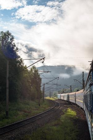 going in: Tren de pasajeros que van en las monta�as de los C�rpatos. Foto de archivo