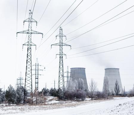 redes electricas: Las torres de electricidad, l�neas el�ctricas y torres de refrigeraci�n de la planta de cogeneraci�n cerca de Kiev (Ucrania) en invierno.