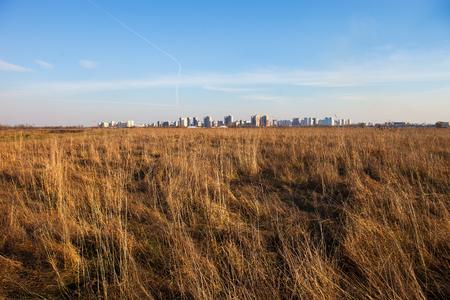 plan éloigné: Paysage urbain. Terrain sec et immeubles de grande hauteur de Kiev (Ukraine) à la distance.