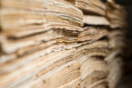 documentos: Pila de los antiguos documentos de papel en el archivo.