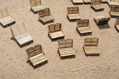 the pallet: Hamacas hechas de paletas de carga de madera en la playa vac�a. Foto de archivo