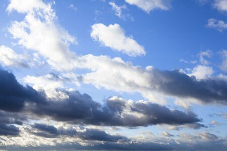 ciel avec nuages: Cloudscape. Blue sky with lots of clouds.