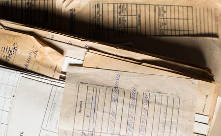 Pile des anciens documents papier dans l'archive.