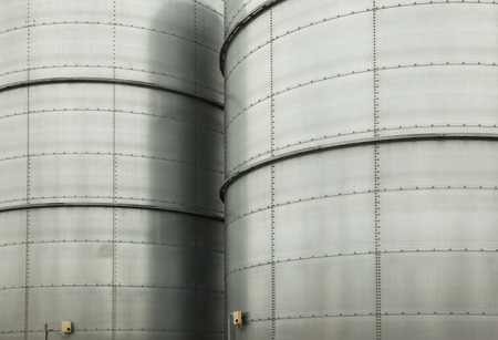 Metal tower silos (for storing bulk materials) of the industrial plant. Standard-Bild