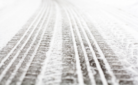 Wheel tracks on the winter road covered with snow. Standard-Bild