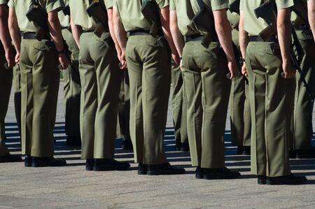 batallon: los soldados australianos, dos filas, sosteniendo las armas, detallan la foto Foto de archivo