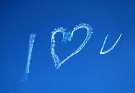 i love u: ciel bleu, texte blanc cr�� avec un voyager en jet : Jaime U