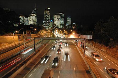 Express dans sydney, le trafic nocturne, la CDB en arri�re-plan, flou voitures