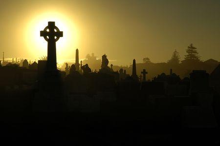 silhouettes des tombes, ciel jaune, deux personnes en deuil  Banque d'images