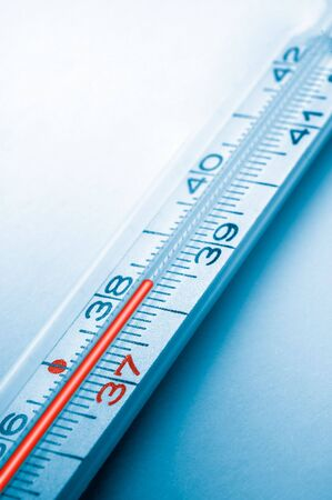 chorowity: niebieski obraz kliniczny termometr, wysoka temperatura