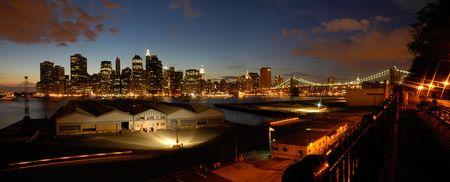 panorama de nuit photo de Lower Manhattan, Brooklyn Bridge dans l'image