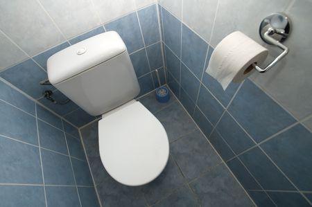 latrina: WC grandangolo fotografia, piastrelle bianche e blu Archivio Fotografico
