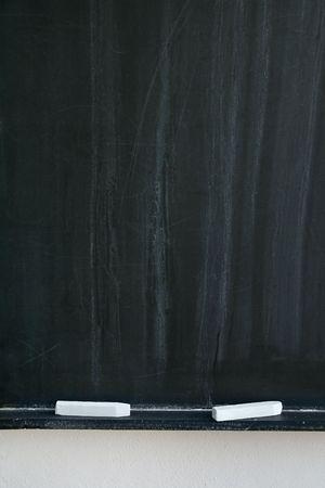 white chalks: pizarra con dos tizas de color blanco, detalle foto