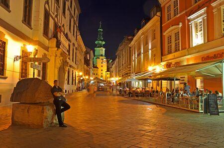 23 Juli 2009 - BRATISLAVA, Slowakei - Gasse, Michaels Tor in Old Town of Bratislava