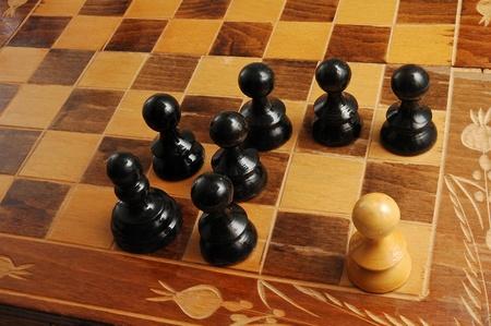 rassismus: schwarze und wei�e Schachfiguren, eine Szene Rassismus darstellt