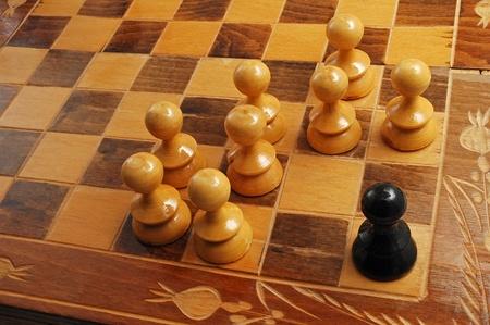 racismo: piezas de ajedrez blanco y negro que representa una escena de racismo