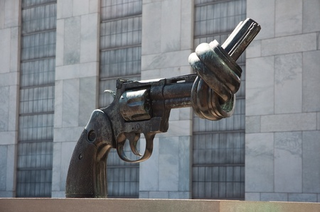un: Gun tied in a knot in front of the UN headquarters, New York Stock Photo