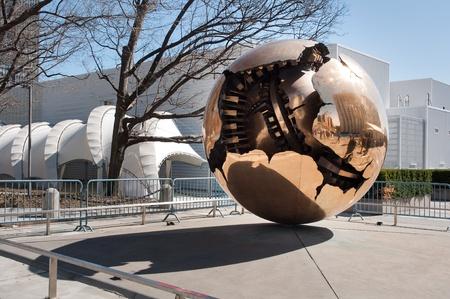 naciones unidas: Esfera dentro de escultura esfera en frente de la sede de las Naciones Unidas, Nueva York. Editorial