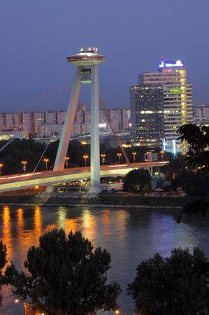 Novy nost (puente nuevo) en Bratislava. noche foto Foto de archivo