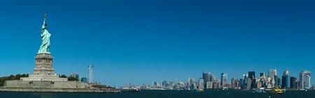 liberty island: La Statua della Libert� su Liberty Island, New York City panorama photo Archivio Fotografico