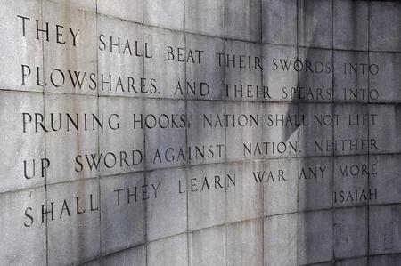paz mundial: El Muro de Isaías en el parque Ralph Bunche en las Naciones Unidas, Nueva York, EE.UU..