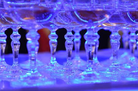 copas de champ�n foto de detalle, profundidad de campo, la luz artificial azul photo