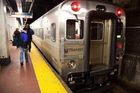 station m�tro: 29. MARS 2011 - NEW YORK, �tats-Unis - le train en acier inoxydable dans une station de m�tro de New York. Photo prise le 29 mars 2011 � Manhattan, New York, Etats-Unis.