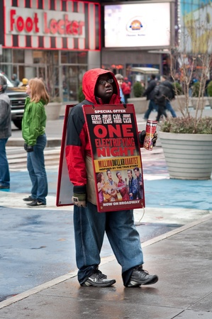broadway show: 31. MARZO 2011 - Times Square, Manhattan, New York, USA - un uomo che vendeva i biglietti per uno spettacolo di Broadway. Foto scattata a New York, il 31 marzo 2011. Editoriali