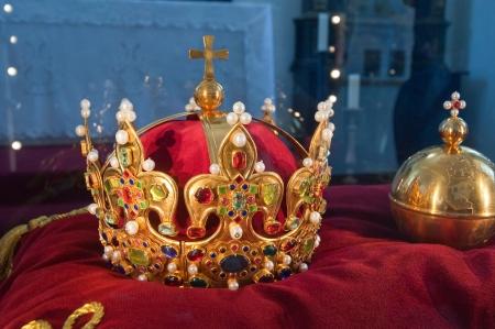corona de rey: corona de rey de la antig�edad y el mont�n de diamantes y piedras preciosas, foto tomada en el castillo de Stara Lubovna, Eslovaquia.