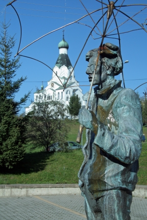 andy warhol: 17. OCTOBER 2007 - MEDZILABORCE, SLOVAKIA - Andy Warhol sculpture in front of Modern Art Museum of Andy Warhol (slovak: Muzeum moderneho umenia Andyho Warhola), and Orthodox church in Medzilaborce, Slovakia. Photo taken on 17 october 2007.