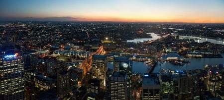 aerial: 27. SETTEMBRE 2006 - SYDNEY, AUSTRALIA - notte paesaggio urbano di Sydney vista dalla Torre di Sydney. Foto scattata il 27 settembre 2006. Editoriali