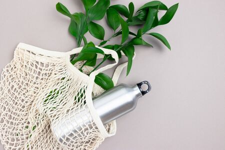 Reusable shopping bag with green leaves and metal bottle. Plastic free concept. 版權商用圖片