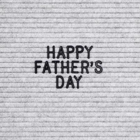 与假日行情的信件愉快的父亲节在灰色毛毡背景。