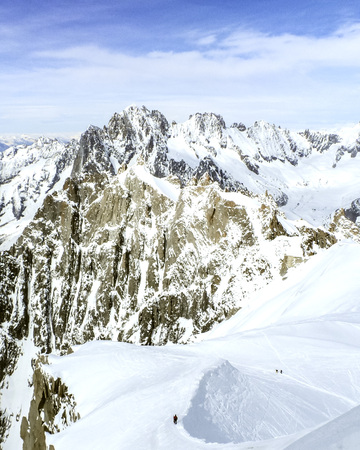 View from the top of the Aiguille du Midi with snow in the summer - Chamounix, Mont Blank, France, European Alps Vista del topo dellAiguille du Midi, neve perene destate, Chamounix, Monte Bianco, Francia, Alpi Europei Imagens