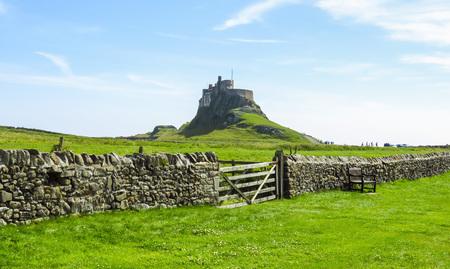 Vista panoramica del castello di Lindisfarne, recinzione della roccia e portone di legno, isola santa, Northumberland, Regno Unito Archivio Fotografico - 89552033