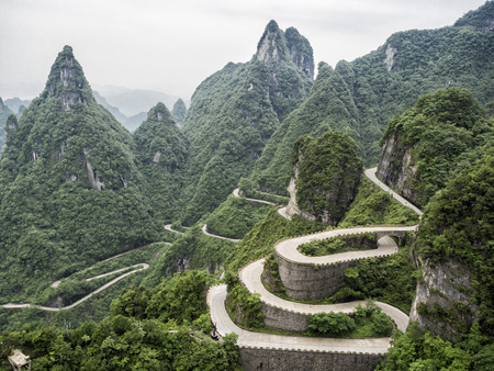 A view of the dangerous  99 curves at the Tongtian Road to Tianmen Mountain, The Heaven's Gate at Zhangjiagie, Hunan Province, China, Asia Banque d'images - 105325090