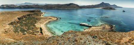 Panorama: Balos Lagoon Turquoise and Blue sea, view from the cliff of the island fort, Crete Island, Greece Imagens