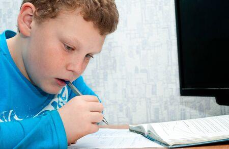 niño haciendo los deberes de matemáticas en la sala de Foto de archivo - 17934218