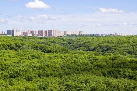 Mooie zomerse weergave van een woonwijk in aanbouw met een grote hoogte