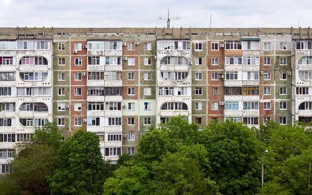 De muur van het oude flatgebouw Redactioneel