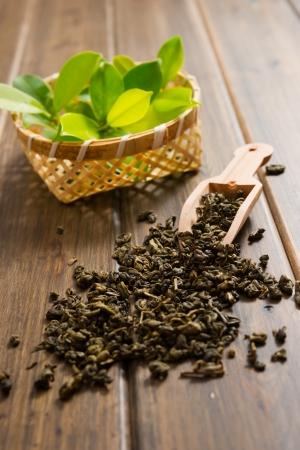 hojas de te: las hojas de t? en la mesa de madera