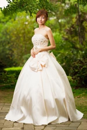 glamour sposa cinese con bellissimo abito da sposa
