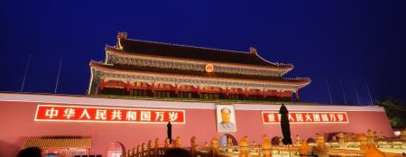 anochecer: escena nocturna de la Puerta de Tiananmen de Heavenly Peace.Tiananmen Gate en Beijing, China.It fue construida en 1420, ahora se convierta en una atracci?n tur?stica muy famosa, miles de turistas visitan la Puerta de Tiananmen en todo el mundo cada day.And tambi?n es el landmar Editorial