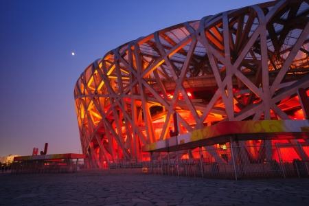 deportes olimpicos: Beijing, China - 1 de junio de 2012: el Estadio Nacional de Beijing (Nido de Pájaro) es el estadio principal de los Juegos Olímpicos de Verano 2008, y también fue sede de la apertura y cierre de un diseño moderno y abstracto ceremonies.The, hizo el Nido de Pájaro convirtiéndose en el símbolo de Beijing, e Editorial