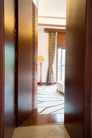 abriendo puerta: la apertura de la puerta de madera en el dormitorio Foto de archivo