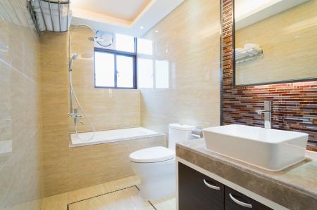 Modernes Bad mit schöner Dekoration Standard-Bild - 25285507