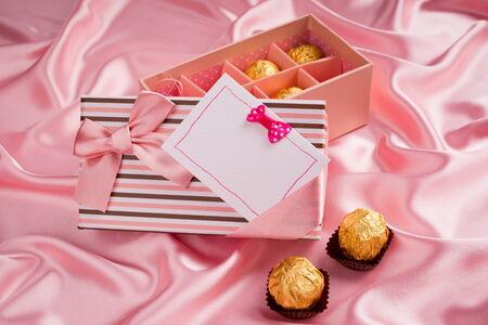 tissu soie: pr�sente douce avec du chocolat et de la carte sur le tissu de soie Banque d'images