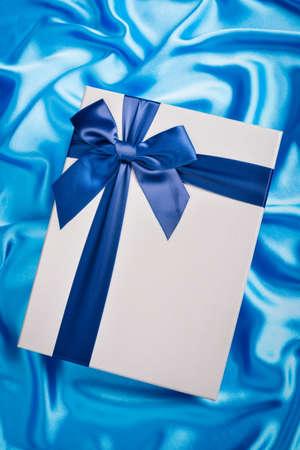 tissu soie: nice gift box on silk cloth Banque d'images
